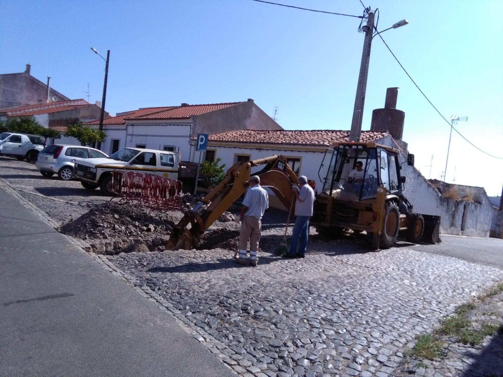 Construção de conduta de água na Rua do Pocinho